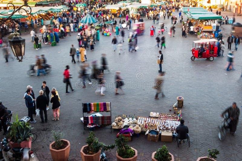 Άνθρωποι που περπατούν στο τετράγωνο fna EL jamaa στοκ φωτογραφίες
