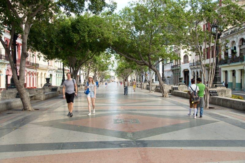 Άνθρωποι που περπατούν στο placeo del prado στην Αβάνα στοκ φωτογραφίες