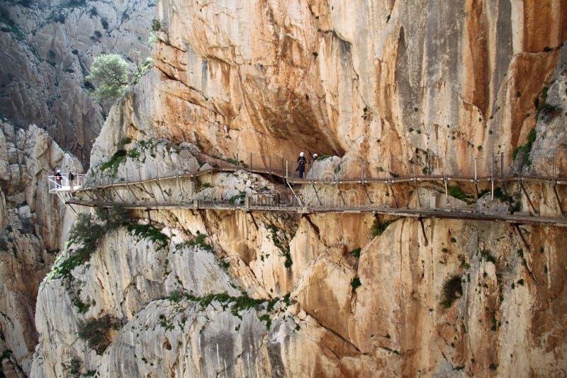 Άνθρωποι που περπατούν το EL Caminito del Rey The βασιλιά ` s λίγη διάβαση κοντά σε Malage στην Ισπανία στοκ εικόνα με δικαίωμα ελεύθερης χρήσης