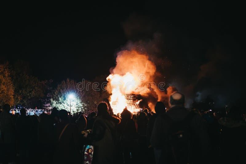 Άνθρωποι που προσέχουν τη φωτιά στο ετήσιο celebrati νύχτας Fawkes τύπων στοκ φωτογραφίες
