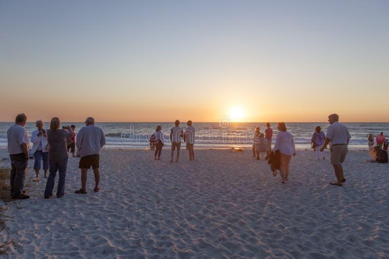 Άνθρωποι που προσέχουν το ηλιοβασίλεμα στη Νάπολη, Φλώριδα στοκ εικόνες