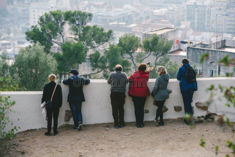 Άνθρωποι που προσέχουν το πανόραμα της Βαρκελώνης στοκ φωτογραφία με δικαίωμα ελεύθερης χρήσης