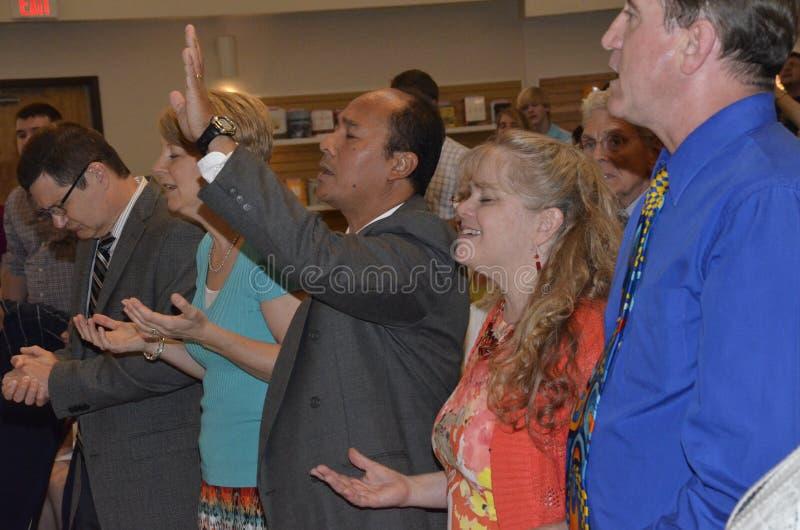 Άνθρωποι που προσεύχονται σε μια λειτουργία στοκ φωτογραφία