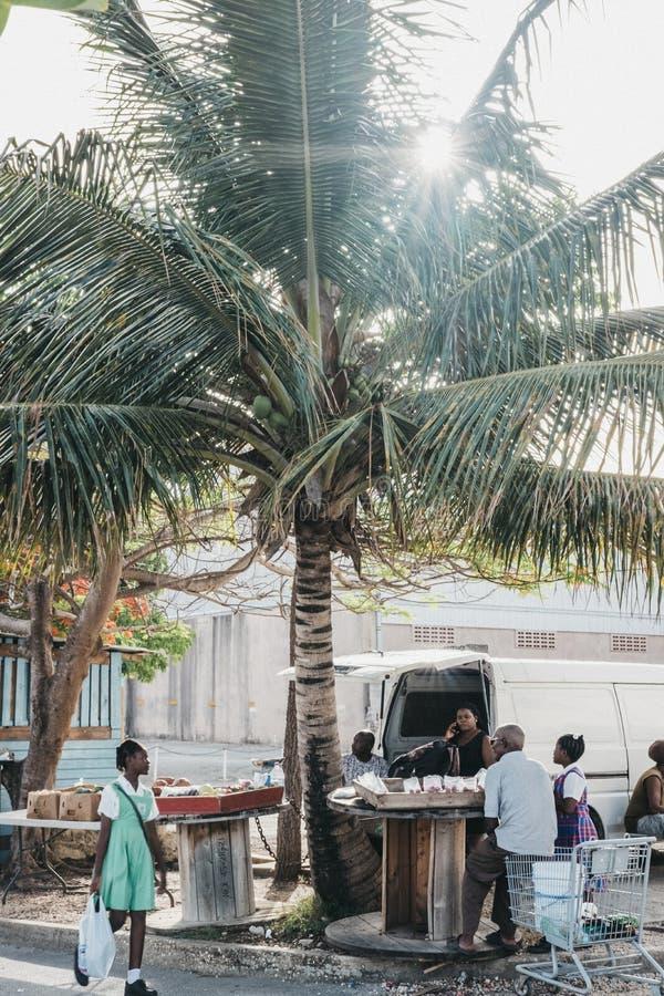 Άνθρωποι που πωλούν τα φρούτα σε μια αγορά οδών σε Bridgetown, Μπαρμπάντος στοκ φωτογραφία με δικαίωμα ελεύθερης χρήσης