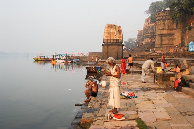 Άνθρωποι που πλένονται στον ιερό ποταμό Narmada σε Maheshwar στοκ φωτογραφίες με δικαίωμα ελεύθερης χρήσης
