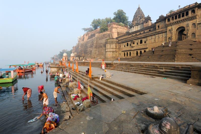 Άνθρωποι που πλένονται στον ιερό ποταμό Narmada σε Maheshwar στοκ φωτογραφία