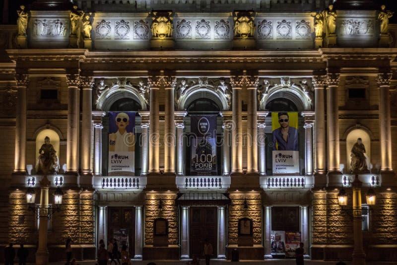 Άνθρωποι που στέκονται στο μέτωπο την πρόσοψη της όπερας Lviv στο ηλιοβασίλεμα Η όπερα είναι ένα από τα κύρια μνημεία και τα ορόσ στοκ φωτογραφία