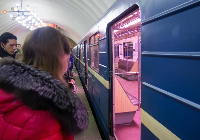 Άνθρωποι που στέκονται στο υπόγειο τρένο ανοιχτών πορτών στοκ φωτογραφίες