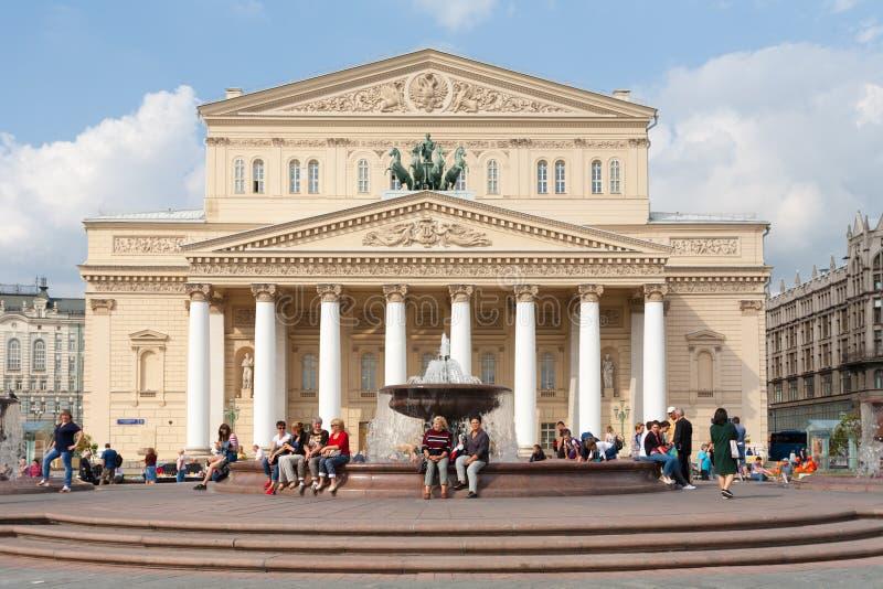 Άνθρωποι που στηρίζονται κοντά στο θέατρο 31 Bolshoi 08 2018 στοκ εικόνα