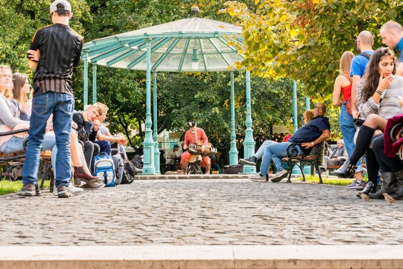 Άνθρωποι που στηρίζονται σε ένα δημόσιο πάρκο  στοκ φωτογραφίες