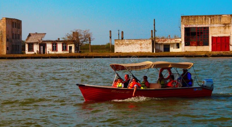 Άνθρωποι που ταξιδεύουν στο Δούναβη με μια βάρκα Tulcean, ζωή στοκ εικόνες