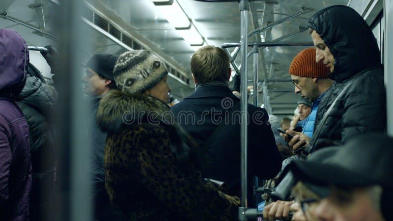 Άνθρωποι που ταξιδεύουν στο υπόγειο τρένο στοκ εικόνα