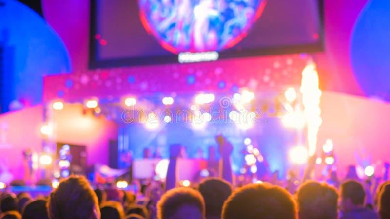 Άνθρωποι που τη νύχτα η ηλεκτρονική συναυλία μουσικής στοκ εικόνα με δικαίωμα ελεύθερης χρήσης