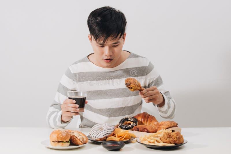 Άνθρωποι που τρώνε το τσιγαρισμένο ενωμένο με διοξείδιο του άνθρακα κοτόπουλο εκμετάλλευση μη αλκοολούχο ποτό χεριών έννοιας γρήγ στοκ φωτογραφίες με δικαίωμα ελεύθερης χρήσης