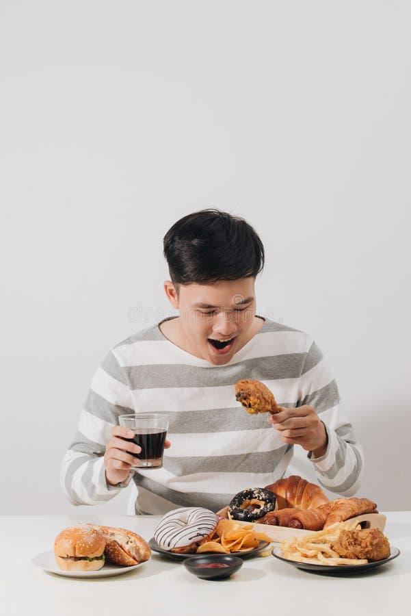 Άνθρωποι που τρώνε το τσιγαρισμένο ενωμένο με διοξείδιο του άνθρακα κοτόπουλο εκμετάλλευση μη αλκοολούχο ποτό χεριών έννοιας γρήγ στοκ φωτογραφίες