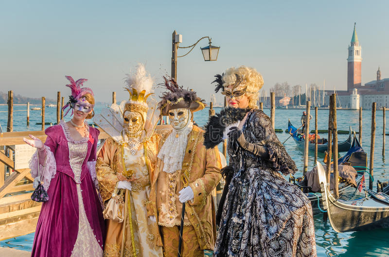 Άνθρωποι που φορούν τα παραδοσιακά κοστούμια στο καρναβάλι της Βενετίας στοκ φωτογραφία με δικαίωμα ελεύθερης χρήσης