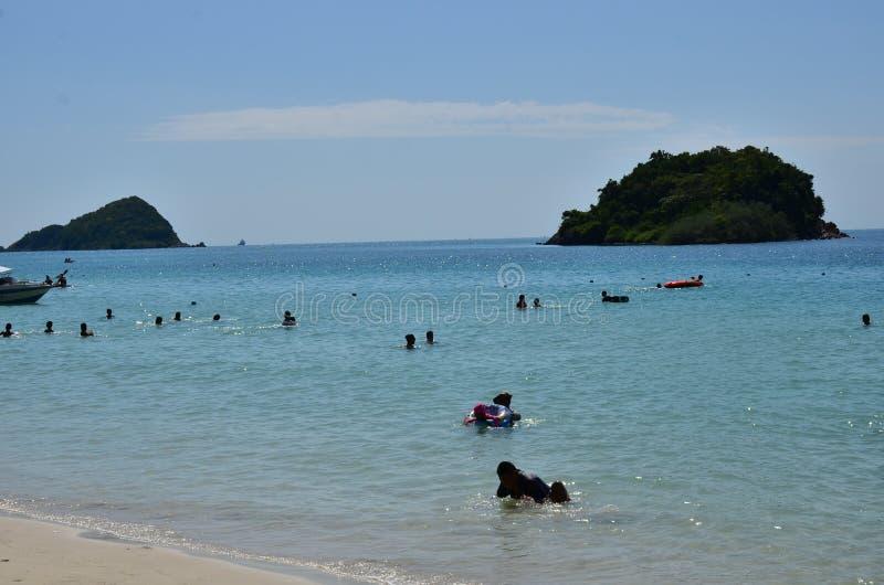 Άνθρωποι που χαλαρώνουν στην παραλία Οι τουρίστες έρχονται και παίζουν τη θάλασσα στοκ φωτογραφία με δικαίωμα ελεύθερης χρήσης