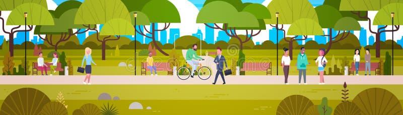 Άνθρωποι που χαλαρώνουν στο όμορφο αστικό οδηγώντας ποδήλατο περπατήματος πάρκων και το οριζόντιο έμβλημα επικοινωνίας απεικόνιση αποθεμάτων