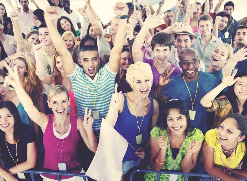 Άνθρωποι που χαμογελούν το κοβάλτιο ενθουσιασμού γεγονότος συναυλίας εορτασμού ευτυχίας στοκ φωτογραφία με δικαίωμα ελεύθερης χρήσης