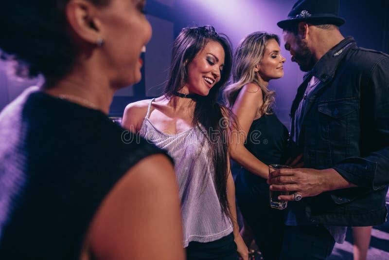 Άνθρωποι που χορεύουν στη λέσχη νύχτας στοκ φωτογραφία με δικαίωμα ελεύθερης χρήσης