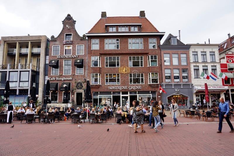 Άνθρωποι που ψωνίζουν στη μεγάλη αγορά Grote Markt στο Γκρόνινγκεν, οι Κάτω Χώρες στοκ φωτογραφίες με δικαίωμα ελεύθερης χρήσης