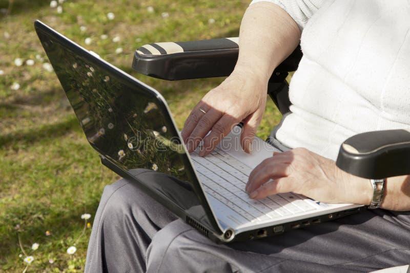 Άνθρωποι πρεσβυτέρων με την τεχνολογία στοκ φωτογραφίες με δικαίωμα ελεύθερης χρήσης