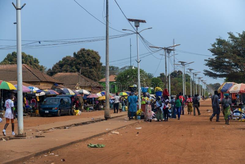 Άνθρωποι σε μια αγορά οδών στην πόλη Canchungo στη Γουινέα-Μπισσάου, Δυτική Αφρική στοκ φωτογραφία