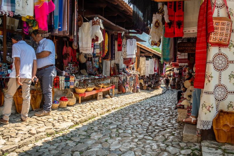 Άνθρωποι σε μια αγορά οδών medina με τα αναμνηστικά, τα στοιχεία τεχνών και τα μικρά καταστήματα στοκ εικόνες με δικαίωμα ελεύθερης χρήσης