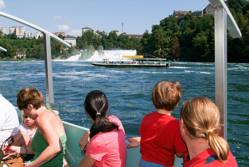 Άνθρωποι σε μια βάρκα τουριστών που πλησιάζει τους καταρράκτες του Ρήνου στοκ εικόνες με δικαίωμα ελεύθερης χρήσης