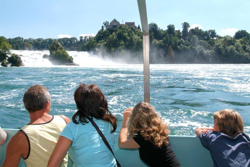 Άνθρωποι σε μια βάρκα τουριστών που πλησιάζει τους καταρράκτες του Ρήνου στοκ φωτογραφία με δικαίωμα ελεύθερης χρήσης