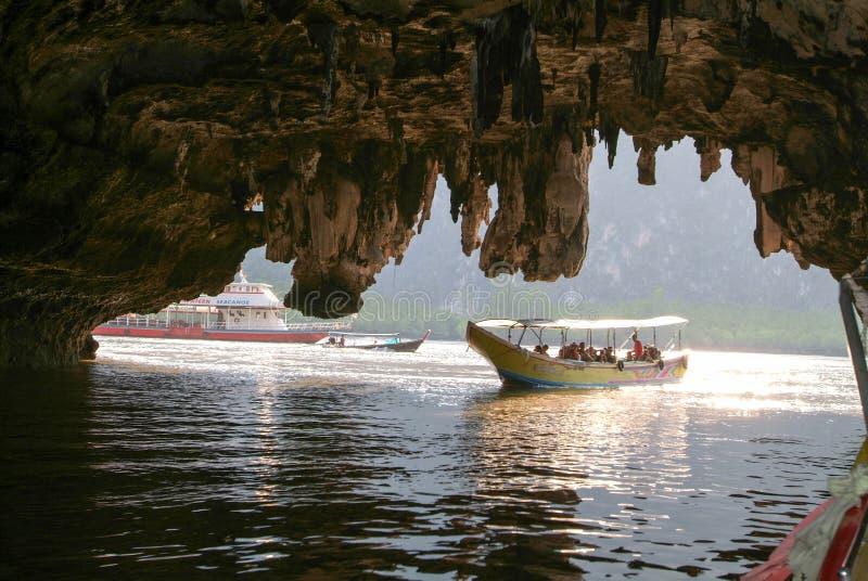 Άνθρωποι σε μια βάρκα τουριστών που τρέχει μέσω μιας σπηλιάς στοκ φωτογραφία με δικαίωμα ελεύθερης χρήσης