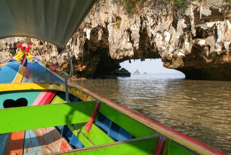 Άνθρωποι σε μια βάρκα τουριστών που τρέχει μέσω μιας σπηλιάς στοκ εικόνες με δικαίωμα ελεύθερης χρήσης