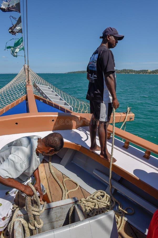 Άνθρωποι σε μια βάρκα τουριστών στο νησί Itaparica στη Βραζιλία στοκ εικόνα με δικαίωμα ελεύθερης χρήσης