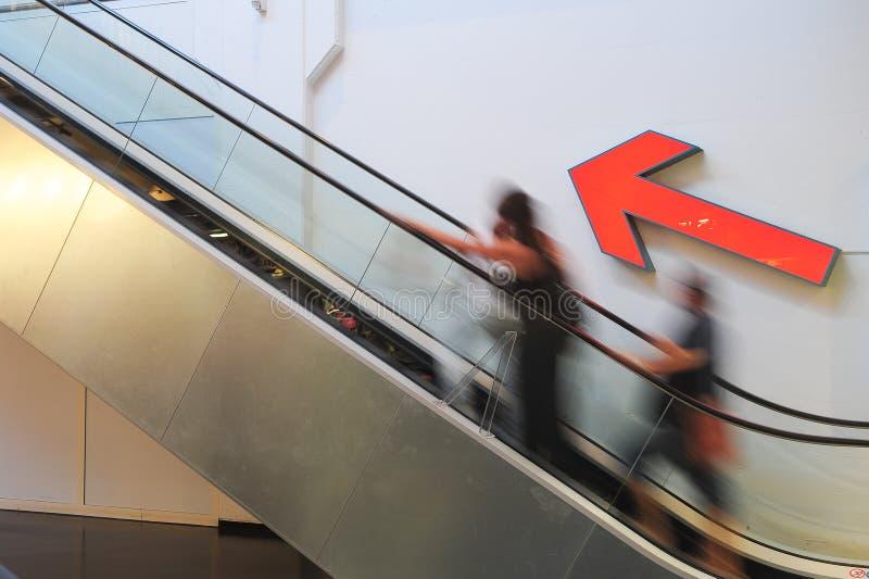 Άνθρωποι σε μια κυλιόμενη σκάλα στοκ εικόνα με δικαίωμα ελεύθερης χρήσης
