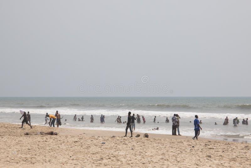 Άνθρωποι σε μια παραλία στην Άκρα, Γκάνα στοκ φωτογραφία με δικαίωμα ελεύθερης χρήσης