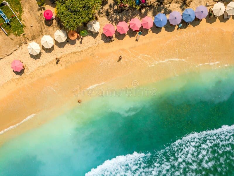 Άνθρωποι σε μια τροπική παραλία εναέρια όψη στοκ φωτογραφίες