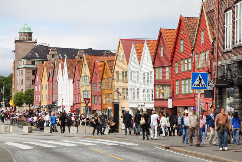 Άνθρωποι σε χανσεατικό Bryggen στοκ εικόνες