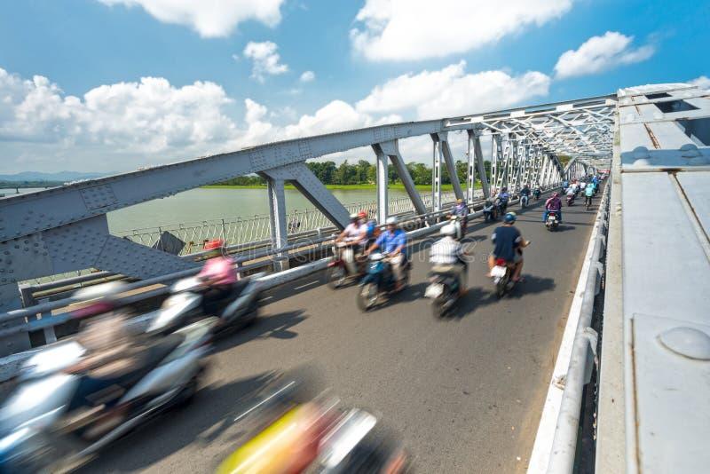 Άνθρωποι στα ποδήλατα στη γέφυρα του χρώματος, Βιετνάμ, Ασία. στοκ εικόνα με δικαίωμα ελεύθερης χρήσης