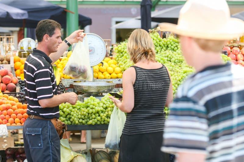 Άνθρωποι στην αγορά φρούτων σε Rovinj στοκ φωτογραφίες με δικαίωμα ελεύθερης χρήσης