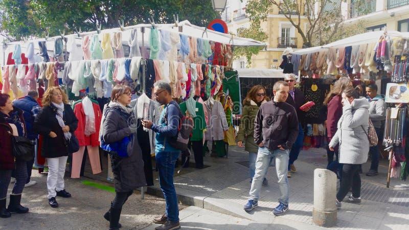Άνθρωποι στην αγορά Rastro της Μαδρίτης στοκ φωτογραφία