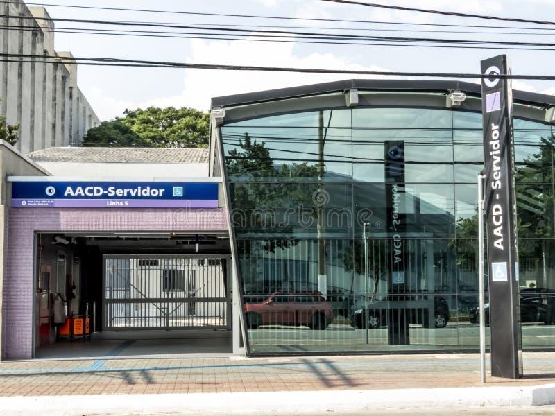 Άνθρωποι στην είσοδο του σταθμού μετρό AACD Servidor της ιώδους γραμμής 5 μετρό, νότια πλευρά του Σάο Πάολο στοκ φωτογραφίες με δικαίωμα ελεύθερης χρήσης