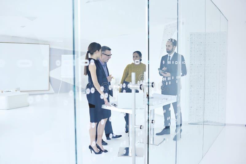 Άνθρωποι στην εργασία και τη σύνδεση στο Διαδίκτυο για την έρευνα των πληροφοριών στοκ φωτογραφία με δικαίωμα ελεύθερης χρήσης