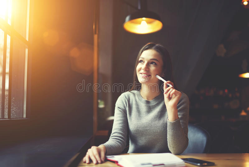 Άνθρωποι στην εργασία που γράφουν στη συνεδρίαση σημειωματάριων στον καφέ στοκ φωτογραφία με δικαίωμα ελεύθερης χρήσης
