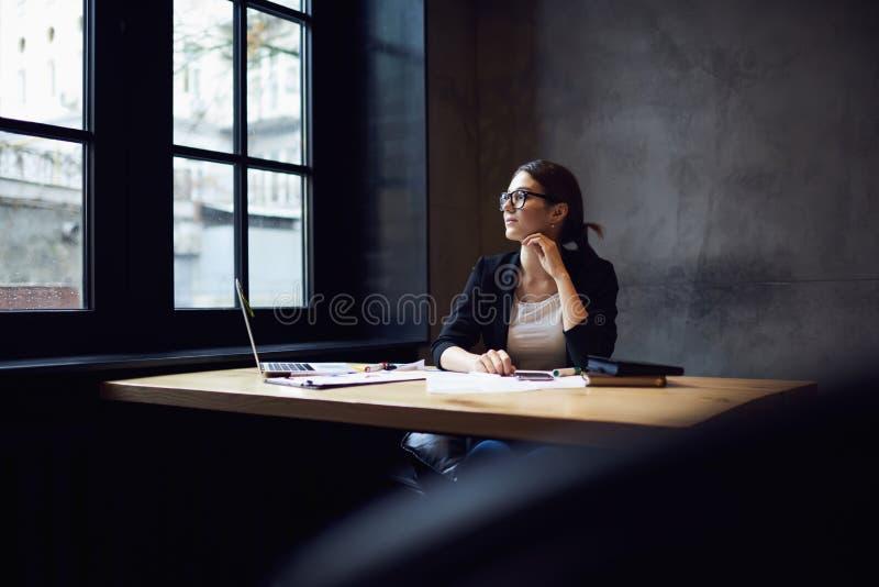 Άνθρωποι στην εργασία που περιμένει την έμπνευση που σκέφτεται πέρα από την πλοκή και τους χαρακτήρες στοκ φωτογραφία με δικαίωμα ελεύθερης χρήσης