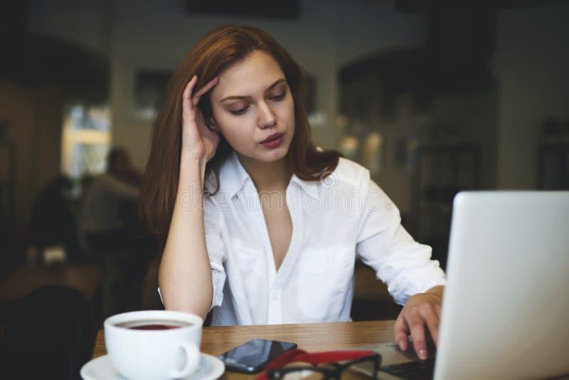 Άνθρωποι στην εργασία που χρησιμοποιεί τις τεχνολογίες και 5G ασύρματη σύνδεση στοκ εικόνες