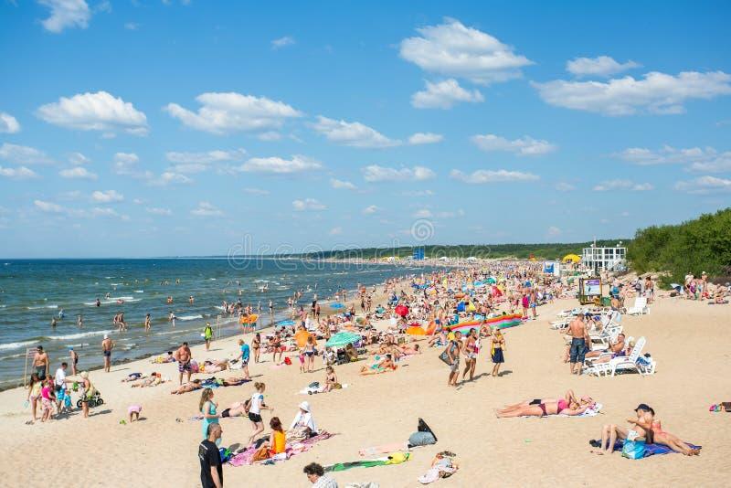 Άνθρωποι στην ηλιόλουστη παραλία της θάλασσας της Βαλτικής στοκ εικόνες με δικαίωμα ελεύθερης χρήσης