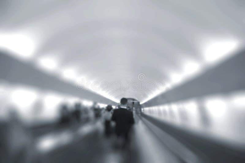 Άνθρωποι στην κίνηση στις κυλιόμενες σκάλες στον υπόγειο στοκ φωτογραφία με δικαίωμα ελεύθερης χρήσης