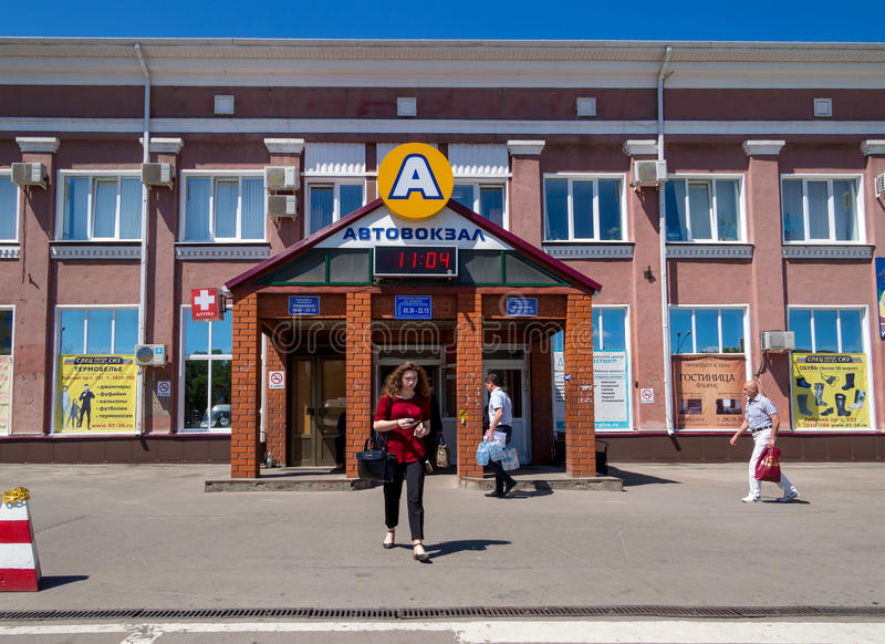 Άνθρωποι στην κεντρική στάση λεωφορείου της πόλης Voronezh στοκ εικόνες