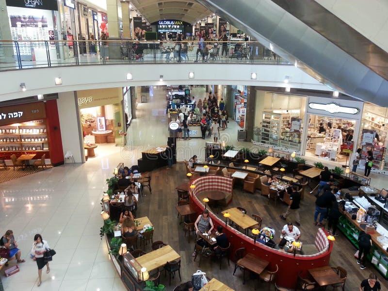 Άνθρωποι στην κυλιόμενη σκάλα και περπάτημα στη λεωφόρος-πώληση αγορών, consu στοκ εικόνες