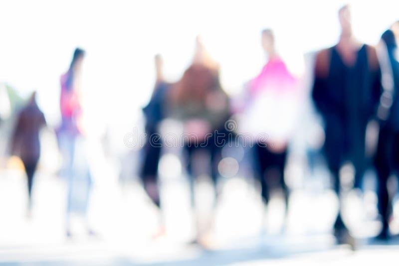 Άνθρωποι στην οδό, υπόβαθρο, που θολώνεται σκόπιμα στοκ φωτογραφία